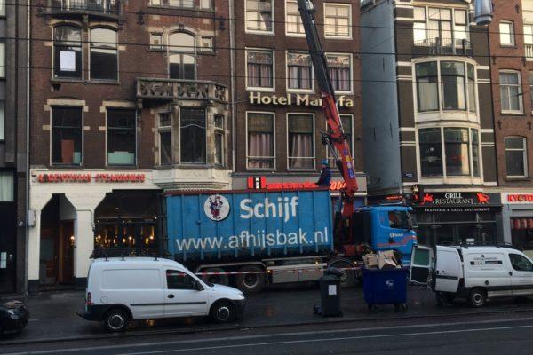 16-03-2017 Afhijsen afval Damrak 46-47 Amsterdam (1) (Groot)