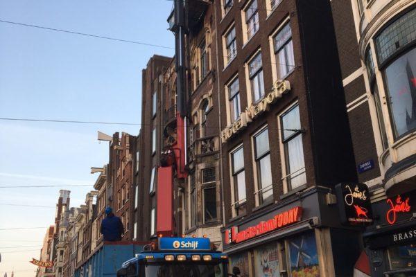 16-03-2017 Afhijsen afval Damrak 46-47 Amsterdam (2) (Groot)