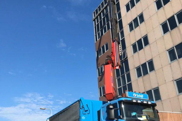 2019-27-11 Afhijswerkzaamheden van bouw en sloopafval uit kantoorpand op grote hoogte (1)