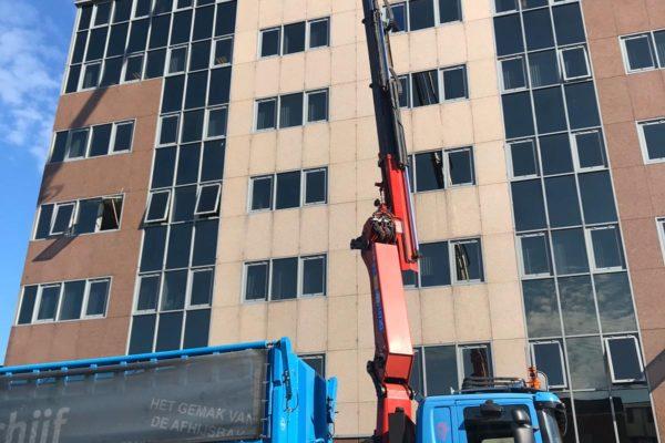 2019-27-11 Afhijswerkzaamheden van bouw en sloopafval uit kantoorpand op grote hoogte (2)